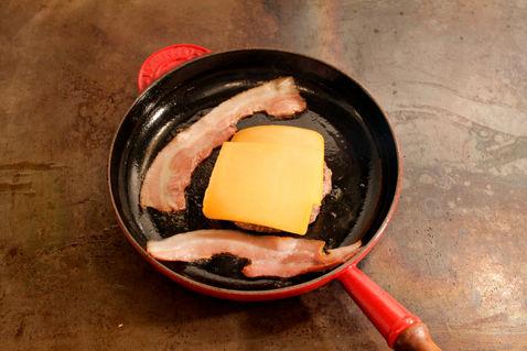 Bacon anbraten, Käse auf Patty legen