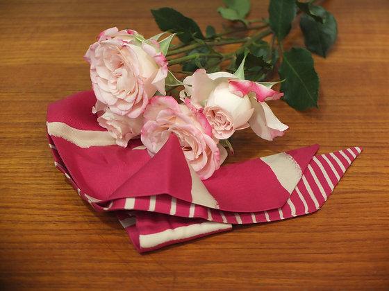 Twilly Hermès en soie rose fuschia et blanc