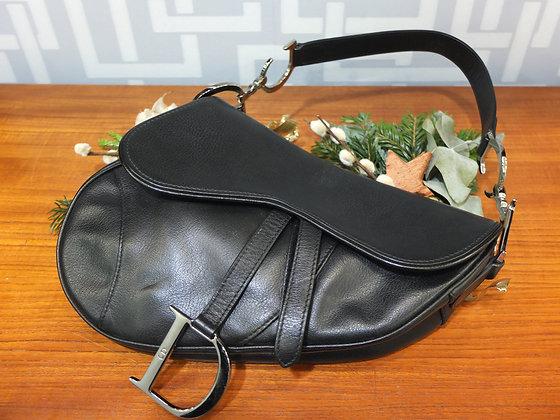 Sac à main Dior modèle Saddle Bag en cuir noir