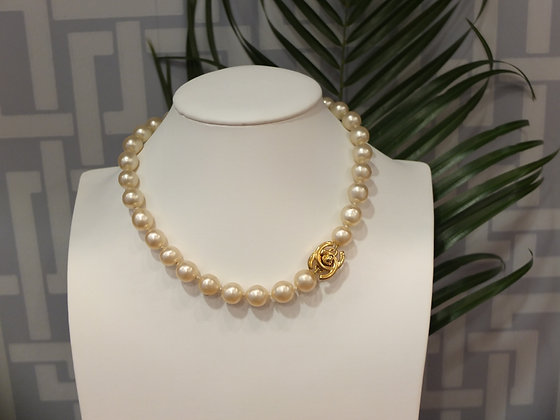 Collier ras de cou Chanel en perles de verre nacrées