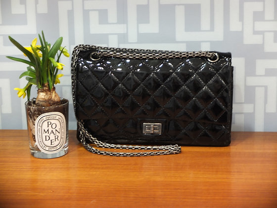 Sac à main Chanel 2.55 moyen modèle en cuir vernis matelassé noir