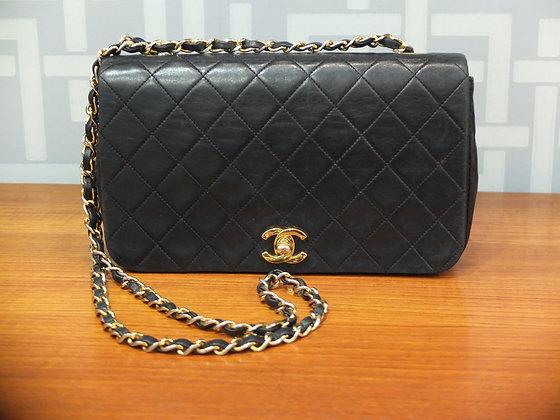 Sac à main Chanel en cuir matelassé noir