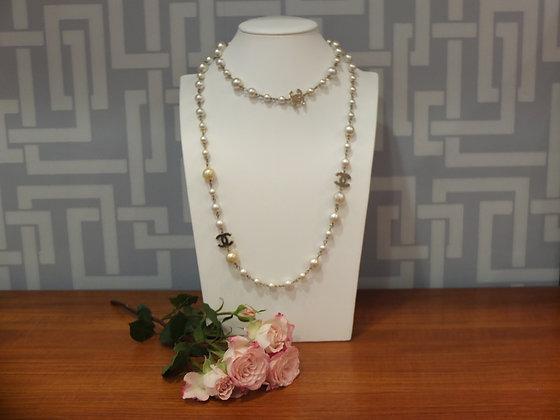 Sautoir Chanel en perles de verre nacrées