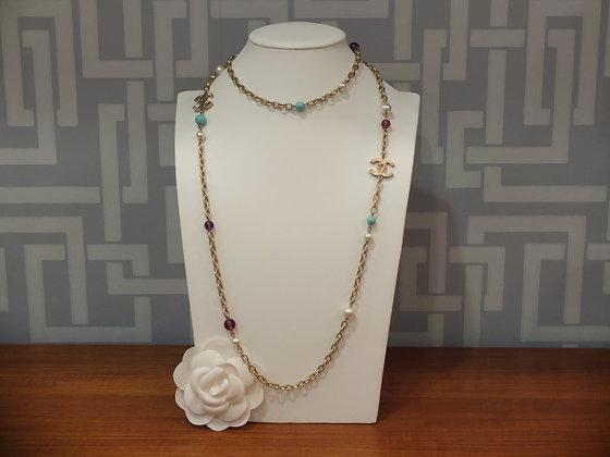 Sautoir Chanel en laiton et perles de verre colorées