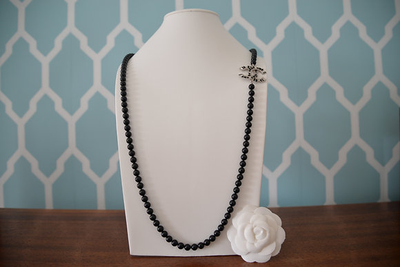 Sautoir Chanel en perles de verre laquées noires