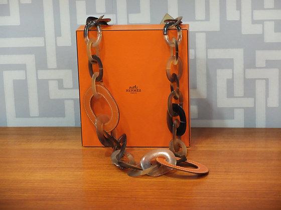 Sautoir Hermès modèle Isidore en corne de buffle et cuir orange