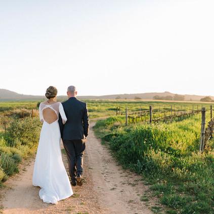 couple shoot in field