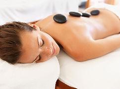 Vrouw tijdens een hot stone massage