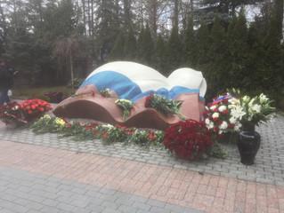 Андрей Нечаев и соратникиБ.Н.Ельцина в день десятилетия со дня смерти возложили цветы на его могилу