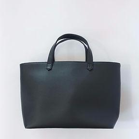 Le sac à main un cabas noir de type shopper porté main LE PANIER