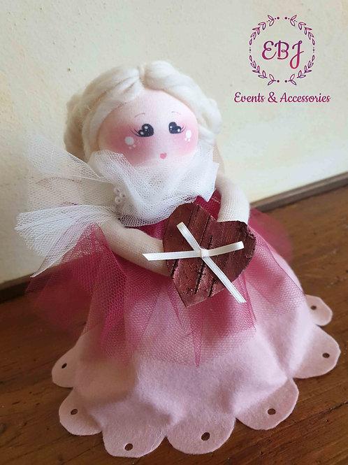 Bambola con cuore in mano