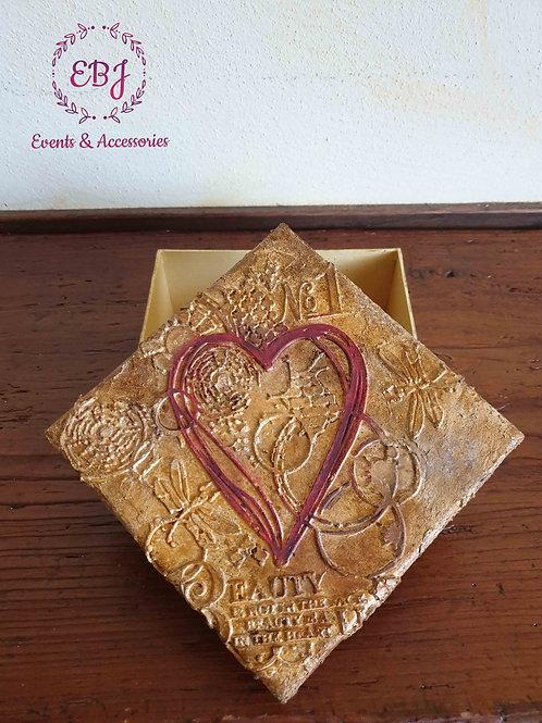 scatola con rilievo cuore