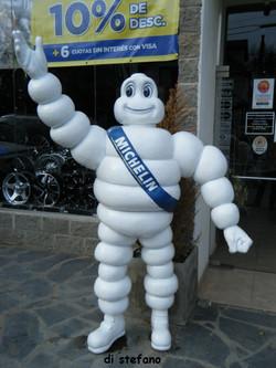 Bibendum el logo de Michelin resina