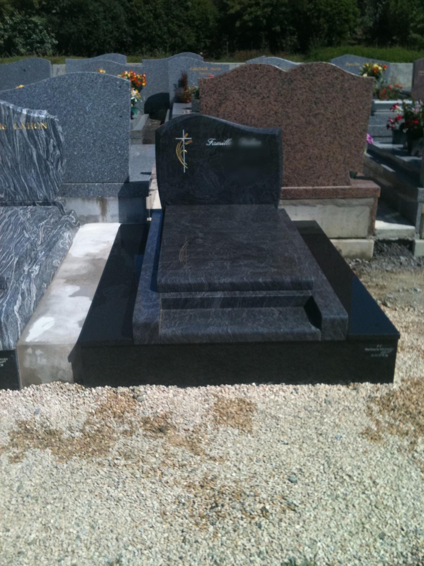Monument en granit mass bleu et noir