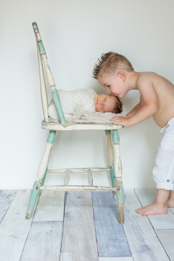 sibling love newborn pictures