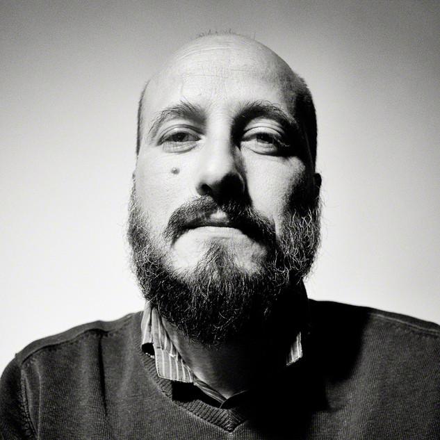 """Giuseppe Trotta /SoWhat è nato nel 1975, cresce circondato dal pop degli anni '80. Ascoltatore compulsivo, guidato da un'innata curiosità musicale, esplora un vasto panorama musicale che lo conduce ad affiancare alle formative correnti degli anni '90, il rock classico, il jazz, l'attitudine indie, fino ad approdare al cospetto del vasto oceano dei suoni """"altri"""". Dal 2014 collabora con la webzine Triste© - Indie Sunset In Rome e dal 2015 raccoglie su SoWhat, suo blog personale, impressioni inerenti esplorazioni soniche narrate quali tracciati emotivi e sensoriali."""