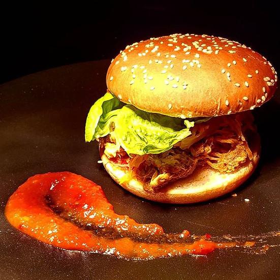 Der kramer Burger! Pulled Pork vom aaretaler Duroc Schwein mit Krautsalat und BBQ-Sauce