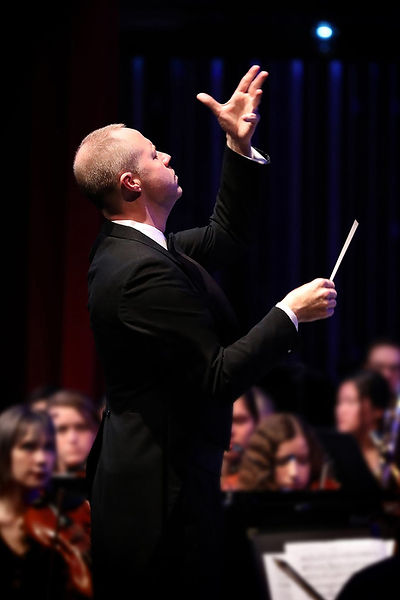 Gilliam conducting.jpg