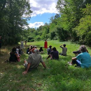 Une photographie des participants regardant et écoutant la performance de la compagnie Infusion lors de l'atelier du 6 septembre.