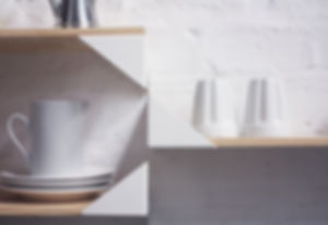 Detalhe Prateleira Wing - prateleira em madeira com suportes em aço