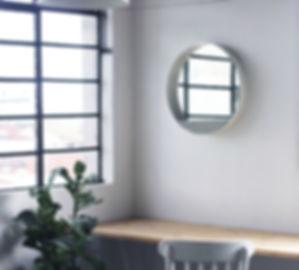 Espelho Loop - Espelho redondo com moldura em metal e base em concreto
