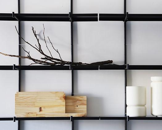 Composição com seis Prateleiras Haru formando um lindo painel decorativo