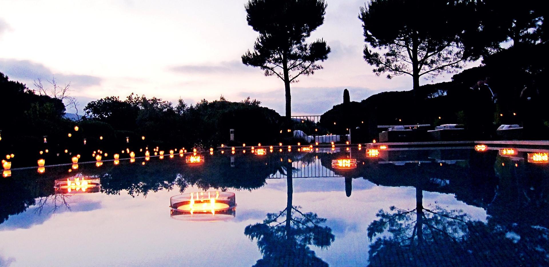 Bougies flottantes dans piscine