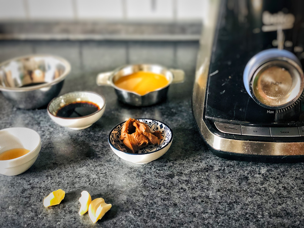 Světlé miso, pomerančová šťáva, tamari, sezamový olej, olivový olej, česnek, zázvor
