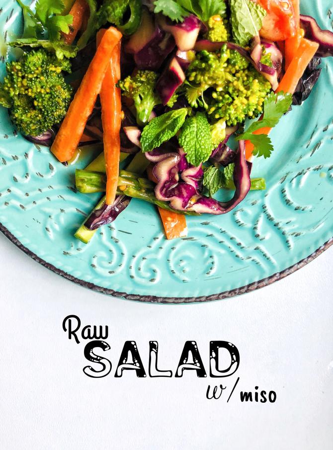 Raw salát s miso zálivkou