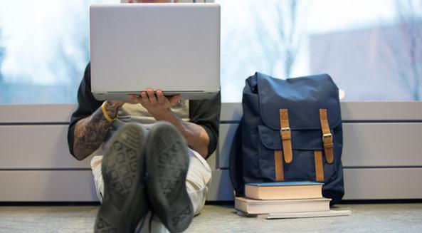 Estudiante aprendiendo en plataforma virtual