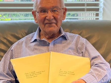 Termina su tesis a los 104 años