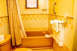 Poolside_Queen_Bathroom_DSC_6117.jpg
