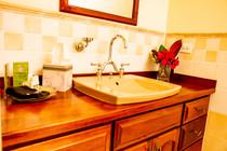 Poolside_Queen_Bathroom_DSC_6118.jpg