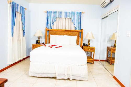 Poolside_Queen_Bedroom_DSC_6099.jpg