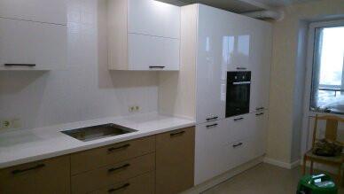 кухня с хорошей эргономикой и встроенной бытовой техникой