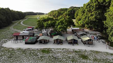 Blick von oben auf das Ozouga Camp mit seinen Hütten.