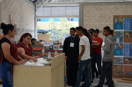 Jóvenes participantes al Encuentro de visita en el taller de Editorial Alba