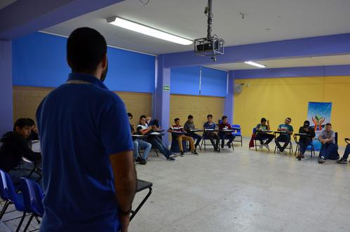 Jóvenes participantes al Encuentro recibiendo un tema