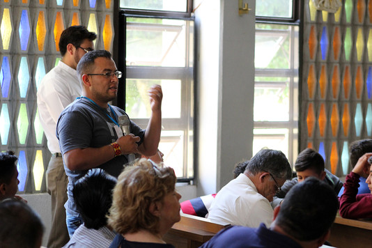 Uriel, haciendo un aporte en la conferencia sobre San Pablo
