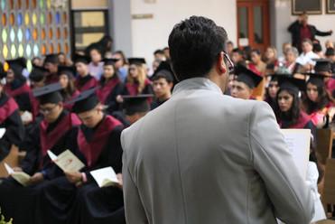P. Jorge Hernández Mejía, dirigiéndose a los graduados