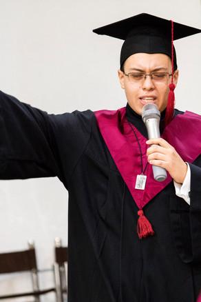 Ernesto Dávalos, dirigiendo un discurso de despedida