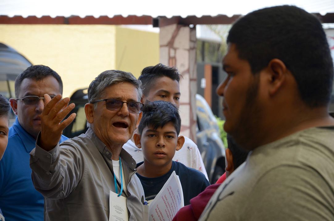 P. Carlos Barradas y jóvenes del Encuentro
