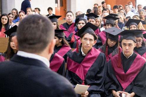 Mtro. Tomás Ornelas, Padrino de la generación, dirigiendo unas palabras a los graduados
