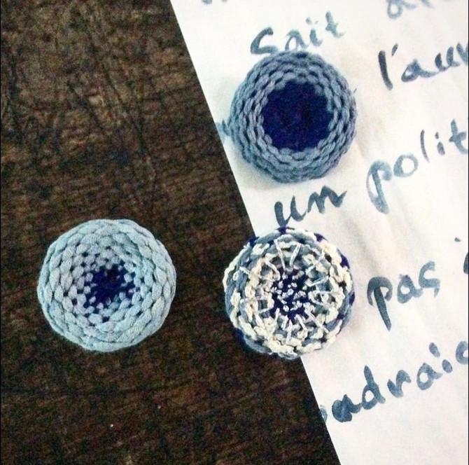 次元上昇アイテム!藍染の糸で作るくるくる織物ブローチ