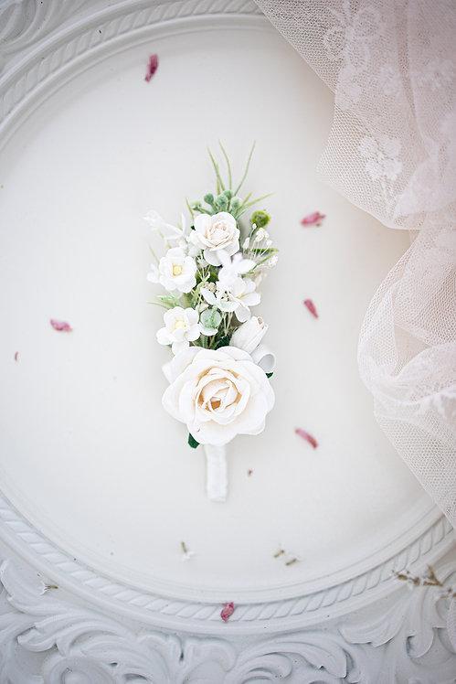 Boutonniere/ Anstecker, Hochzeit Ansteckblume Bräutigam mit Eukalyptus Blättern und weißen Blüten