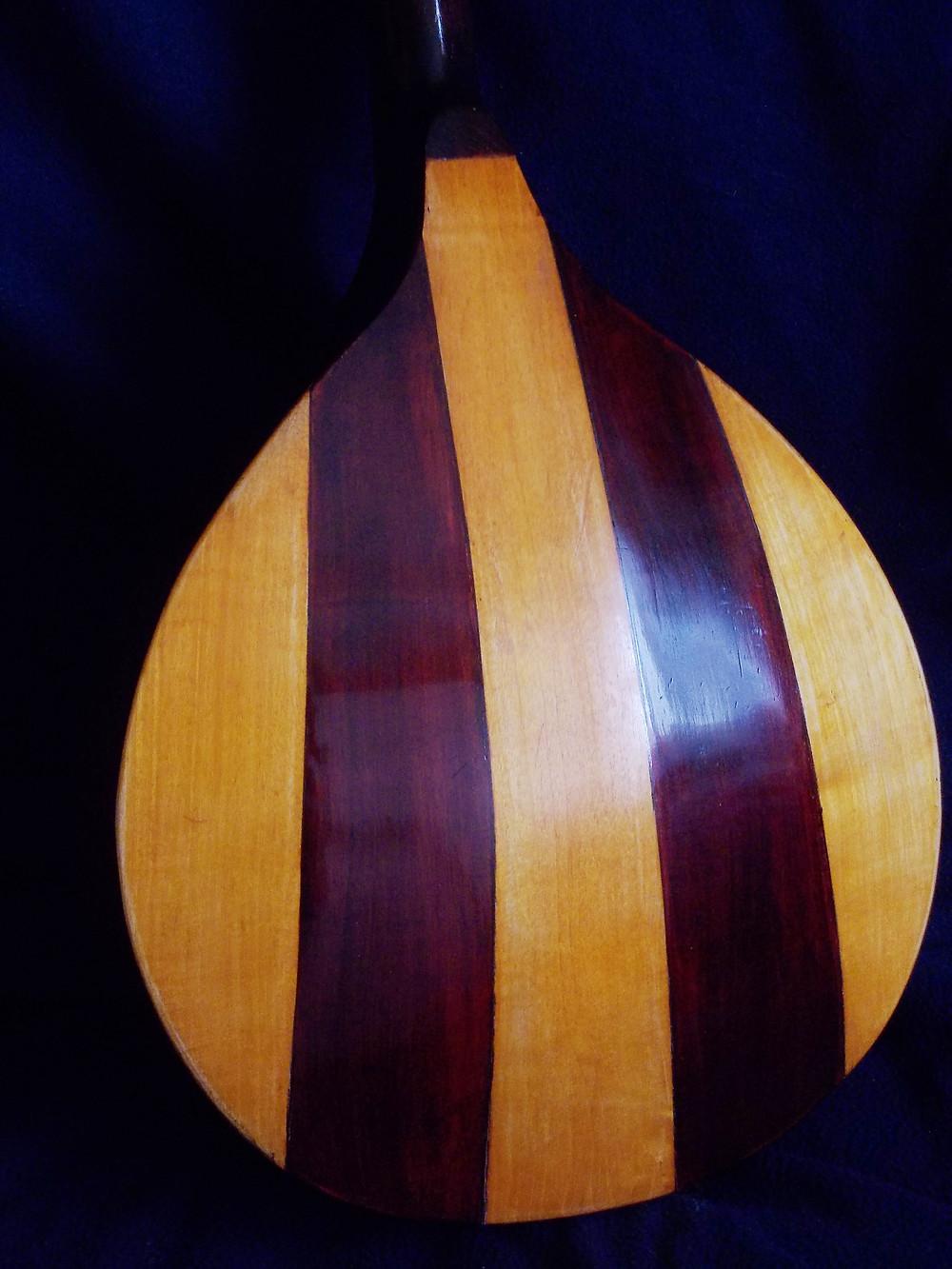 """Mandolina alemana """"Rima"""" 1900´s  Mandolina de artesania, construida al estilo aleman, con tapa de pinoabeto y el resto en arce. Todas las maderas macizas, con incrustaciones de nacar y madera sobre ébano."""