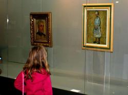 Младата дама пред картините на ХРИСТО ЯВАШЕВ- КРИСТО
