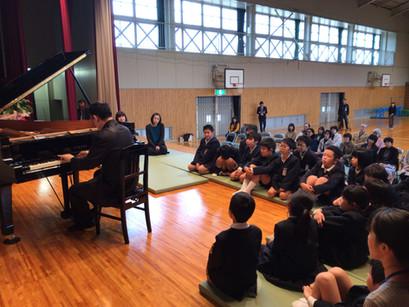 岡山県美作市立勝田東小学校で演奏しました。