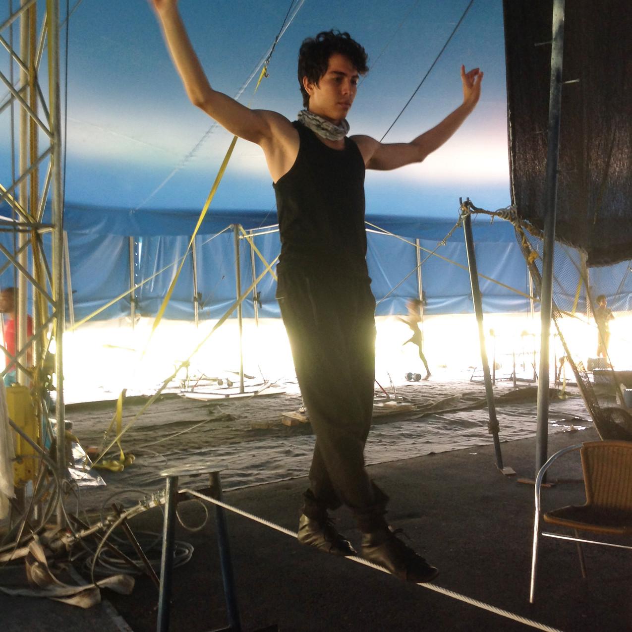 Nicolás camina sobre el cable