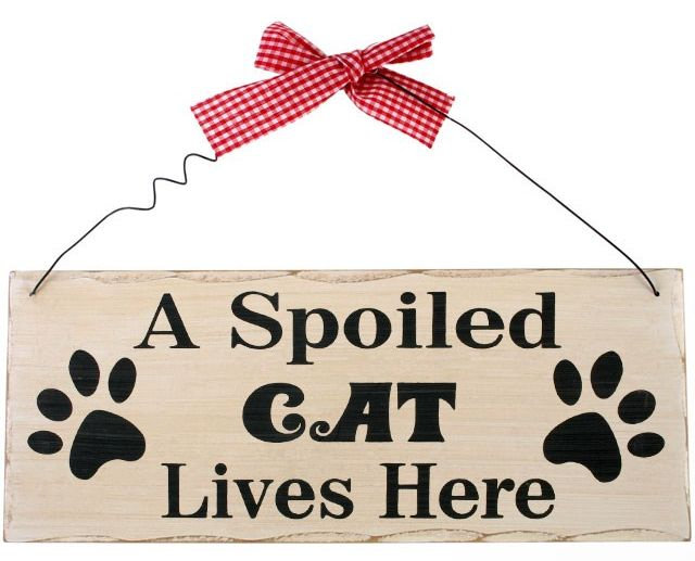 Shabby chic style wall plaque 'A spoiled Cat lives here'